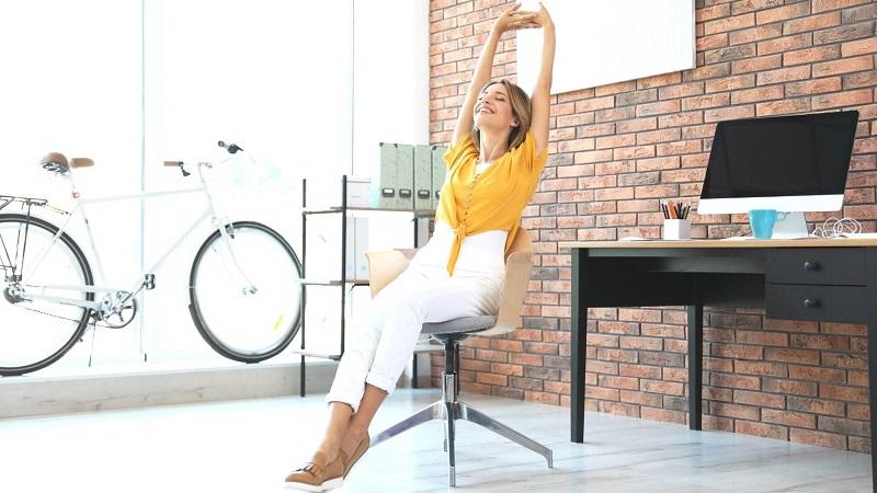 mujer disfrutando de su productividad